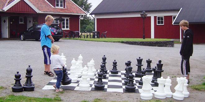 Sjakkspill utendørs på vår gjestegård