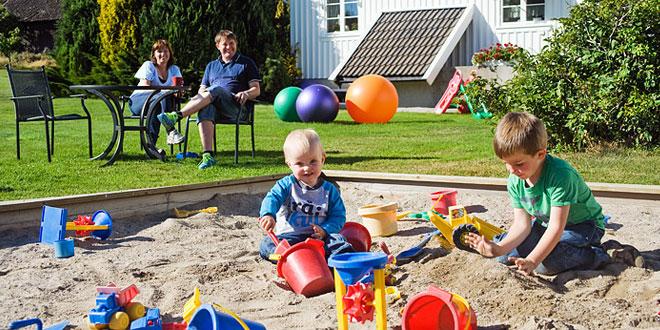 Sandkasse med barn som leker
